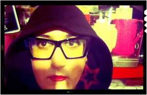 Alessandra Giannini, autoscatto con felpa e cappuccio e occhiali da Hipster