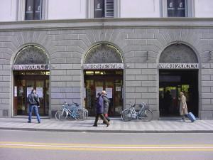 Le tre vetrine della vecchia libreria Marzocco in via de' Martelli a Firenze